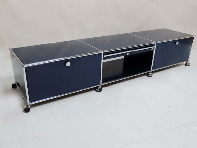 usm haller tv board lowboard in stahlblau mit 2 klappen und 2 schubladen. Black Bedroom Furniture Sets. Home Design Ideas
